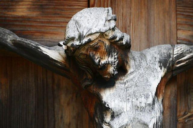 Est-ce que les deux brigands insultaient Jesus ou un seul ?