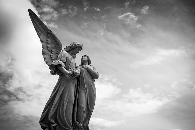 Qui est l'homme vêtu de lin dans Daniel chapitre 10 ? Et qui s'adresse à Daniel ? L'homme ou un ange ?